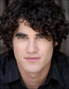 Darren Criss é Blaine.